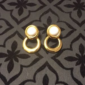 Jewelry - ✨ VINTAGE GOLD AND WHITE FASHION EARRINGS